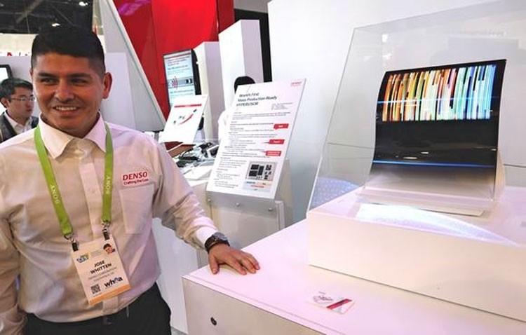 Стенд Denso с автомобильными дисплеями JOLED на январской выставке в Лас-Вегасе (Nikkei)